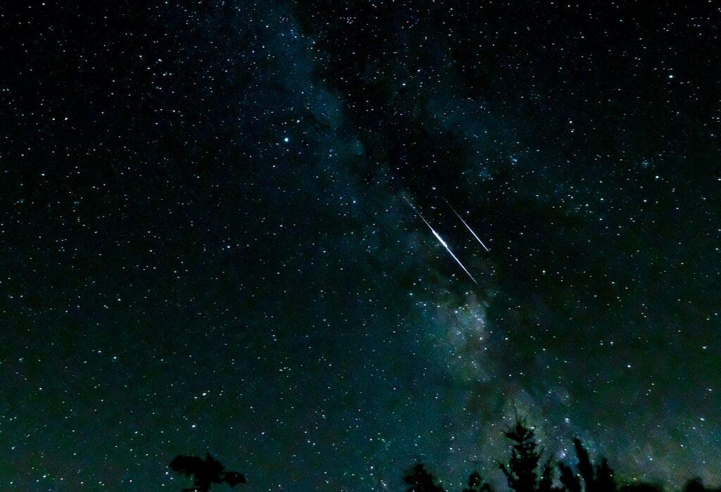 Questa immagine ha l'attributo alt vuoto; il nome del file è shooting-stars-3607859_1920-1024x699.jpg